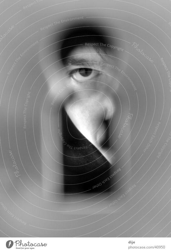 Schlüsselblick Schlüsselloch Mann Blick Schwarzweißfoto Tür Gesicht Auge