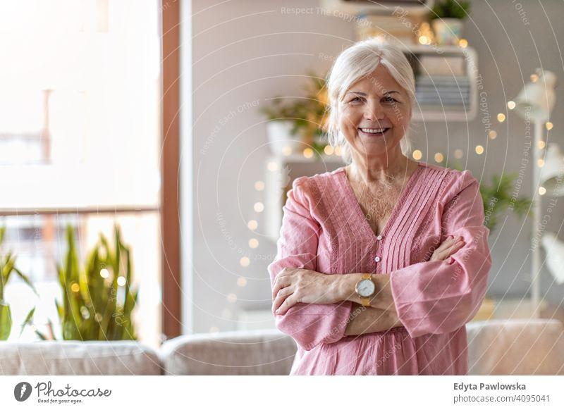 Selbstbewusste Seniorin in ihrem Zuhause Glück Lächeln genießend positiv Freude selbstbewusst Inhalt Frau Menschen eine Person reif Rentnerinnen