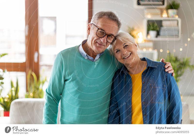 Glückliches Seniorenpaar zu Hause Menschen Frau Erwachsener reif lässig attraktiv männlich Mann Lächeln Kaukasier zahnfarben genießend Zwei Personen Paar Liebe