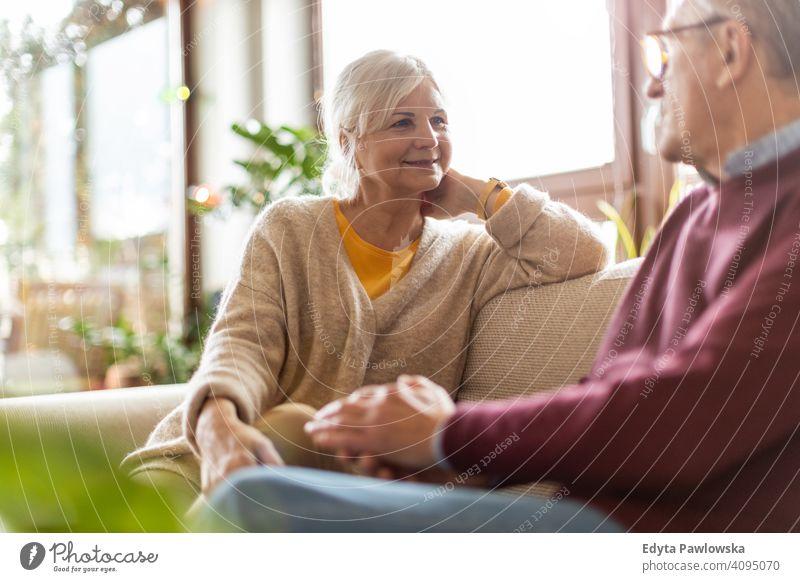 Porträt eines älteren Paares, das sich zu Hause entspannt Menschen Frau Erwachsener Senior reif lässig attraktiv männlich Mann Lächeln Glück Kaukasier