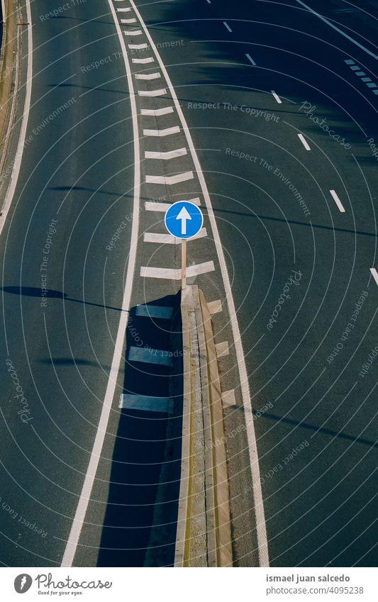obligatorisches Verkehrssignal, gerade nur auf der Autobahn Pfeil verbindlich Regie Verpflichtung zwangsweise Ampel Verkehrsgebot signalisieren Straße Asphalt
