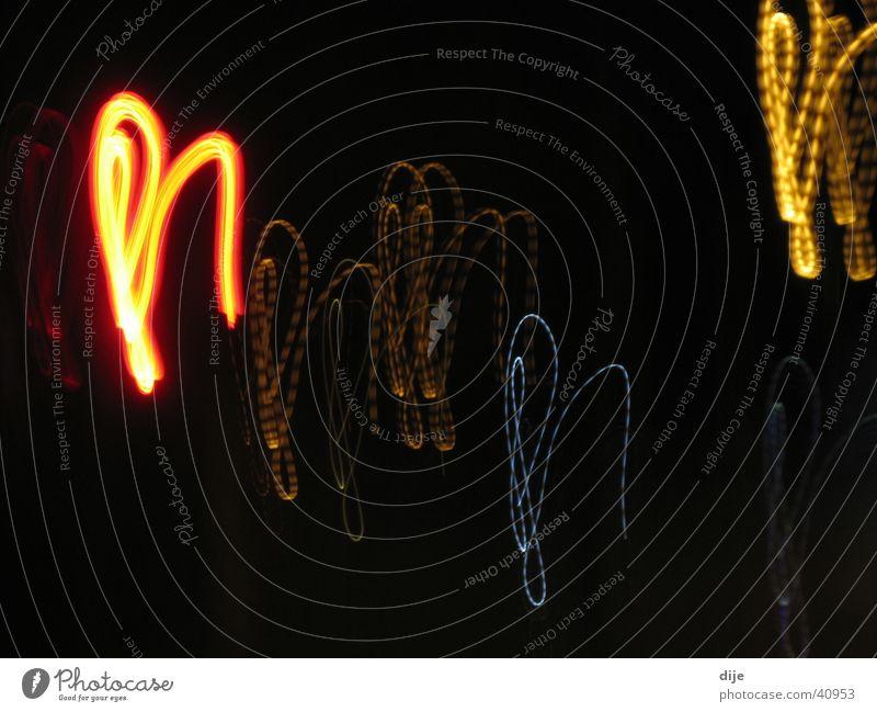 Lichter auf der Flucht Nacht dunkel Langzeitbelichtung rot gelb Straße blau