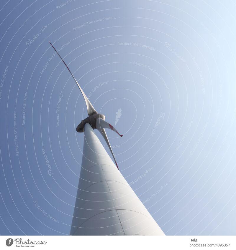 riesige Windkraftanlage aus der Froschperspektive vor blauem Himmel Windrad Energie Energiegewinnung erneuerbare Energie Umweltschutz Industrie Industrieanlage