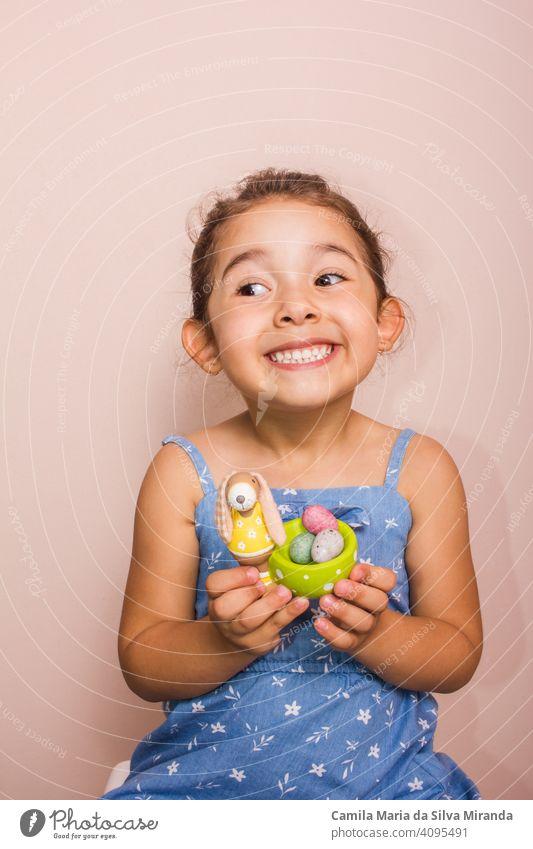 Glückliches Kind hält Teller mit Mini-Schokoladeneiern. April Bonbon Feier Kindheit farbenfroh Textfreiraum Dekoration & Verzierung Dessert Ostern Eier festlich