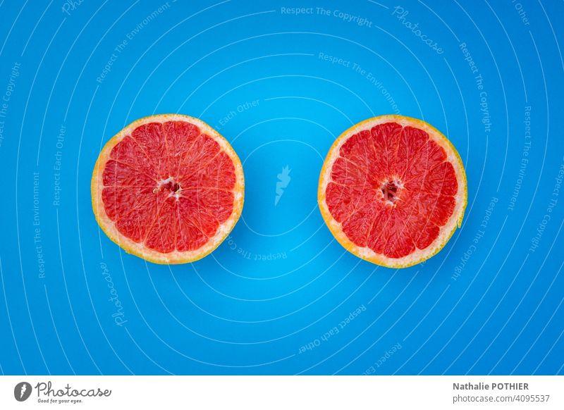 Draufsicht zwei halbe gelbe Grapefruit auf blauem Hintergrund Pampelmusen Grapefruitscheibe Hälfte Zitrusfrüchte orange Lebensmittel frisch Gesunde Ernährung