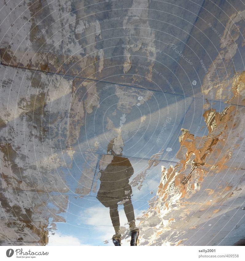 unerkannt... Mensch feminin Frau Erwachsene 1 Regen Haus Fußgänger Bürgersteig Fußweg gehen glänzend nass Stadt träumen Einsamkeit Angst bizarr Identität