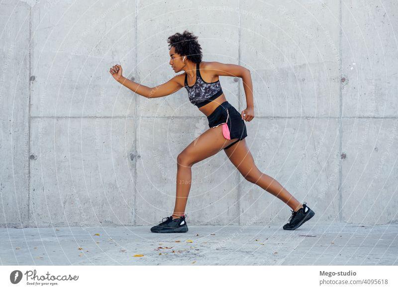 Afro-Athletische Frau läuft im Freien. Sport Übung Training Läufer Hintergrund Menschen Pflege Freizeit Körper Porträt Aktion Bewegung Herz trainiert.