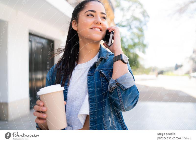 Junge Frau beim Telefonieren im Freien. jung Mobile Großstadt Smartphone Menschen urban klug Funktelefon reden sprechend Nachricht Erwachsener online Internet