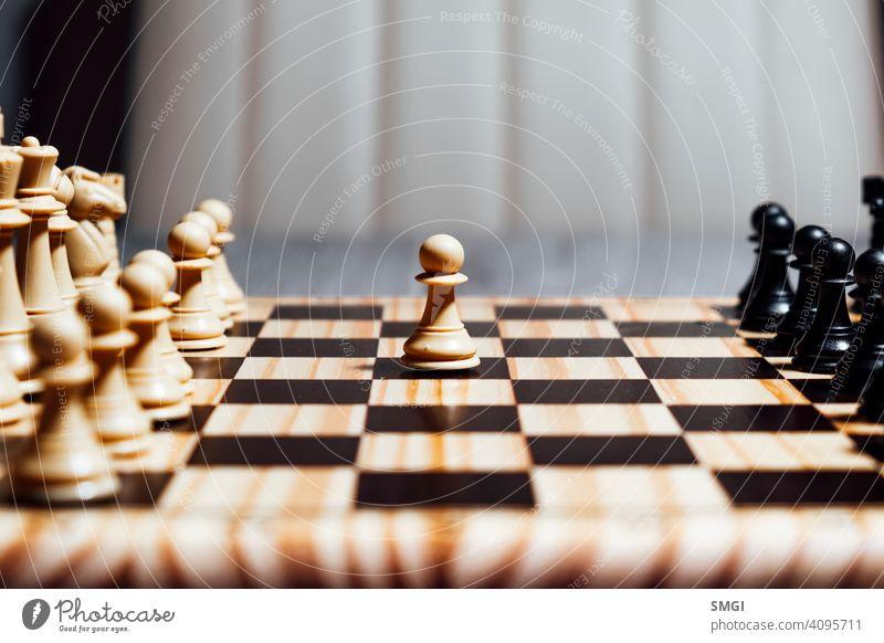 Einsamer weißer Bauer beim Schachspiel Konkurrenz Spiel Strategie Erfolg spielen Intelligenz Spielfigur Herausforderung Ritter Sieg schwarz Schachbrett Führung