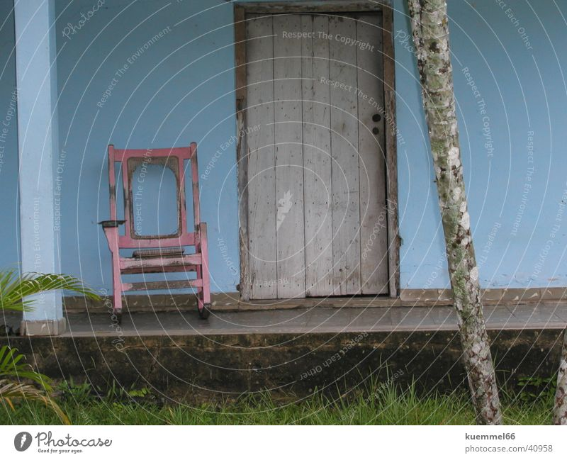 Cubanische Gelassenheit Haus rosa Tür Stuhl Dorf Kuba Eingang Südamerika Veranda Schaukelstuhl
