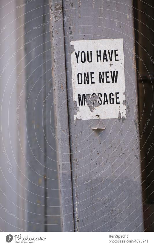 Alter Aufkleber mit Spruch Text Englisch Typographie Hintergrund neutral Kommunikation Kommunizieren soziale medien Nachrichtenübermittlung Sprache