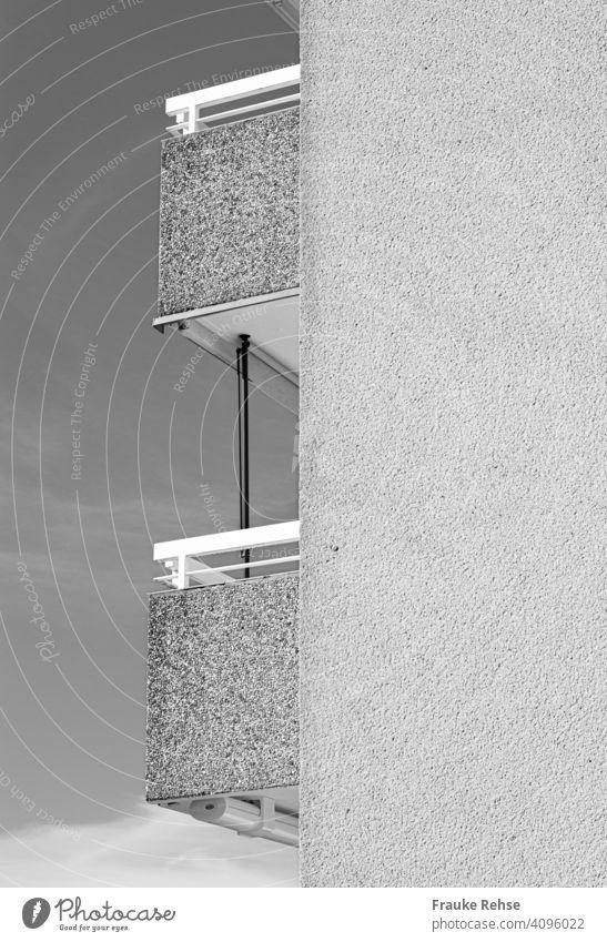 Seitenansicht auf zwei Balkone, schwarz-weiß Wohnhaus Hausfassade Gebäude Außenaufnahme Architektur schwarzweiß Fassade Hochhaus Eintönigkeit hoch oben Kontrast