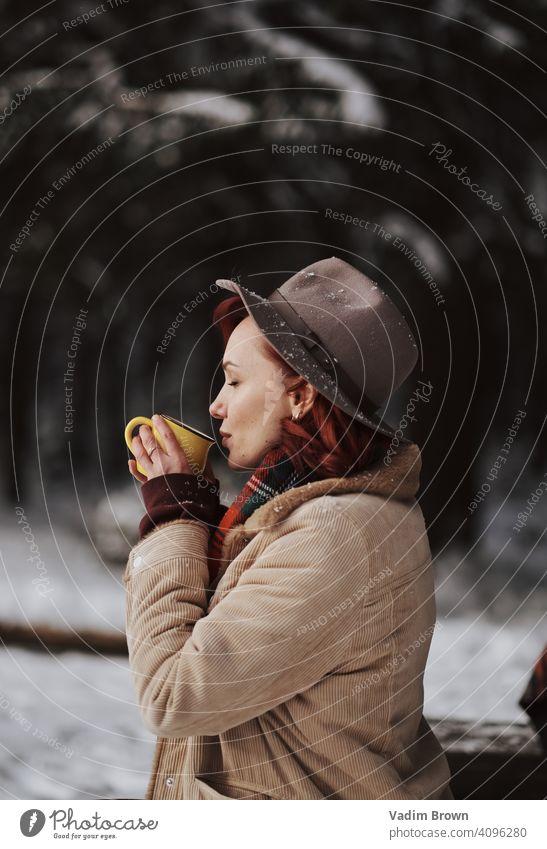Boho Girl trinkt Tee Hut Mädchen Wald Winter Wetter Mode Porträt kalt Boho-Stil Schal weiß schön Menschen Frau Natur hübsch Landschaft im Freien Model jung