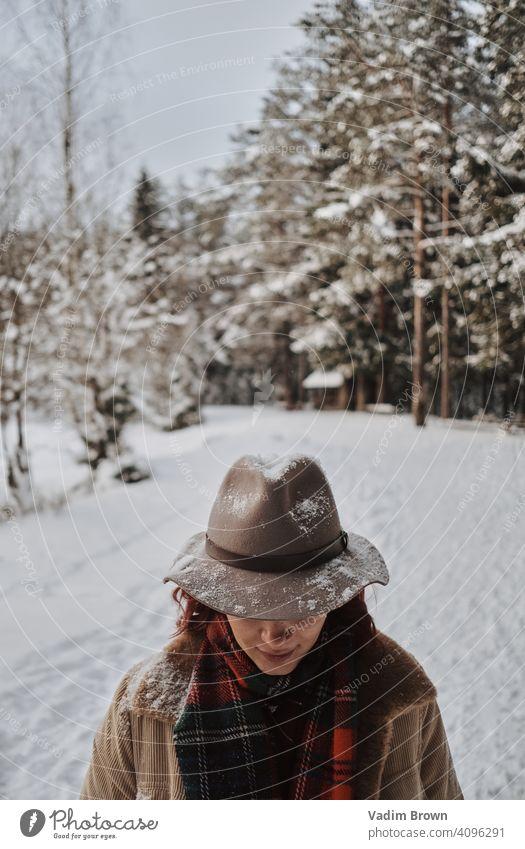Boho Girl mit Hut Mädchen Wald Winter Wetter Mode Porträt kalt Boho-Stil Schal weiß schön Menschen Frau Natur hübsch Landschaft im Freien Model jung natürlich