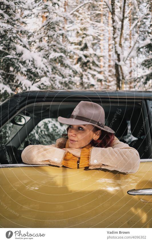 Mädchen mit Hut im Auto Wald Winter Wetter Mode Porträt kalt Boho Boho-Stil Schal weiß schön Menschen Frau Natur hübsch Landschaft im Freien Model jung