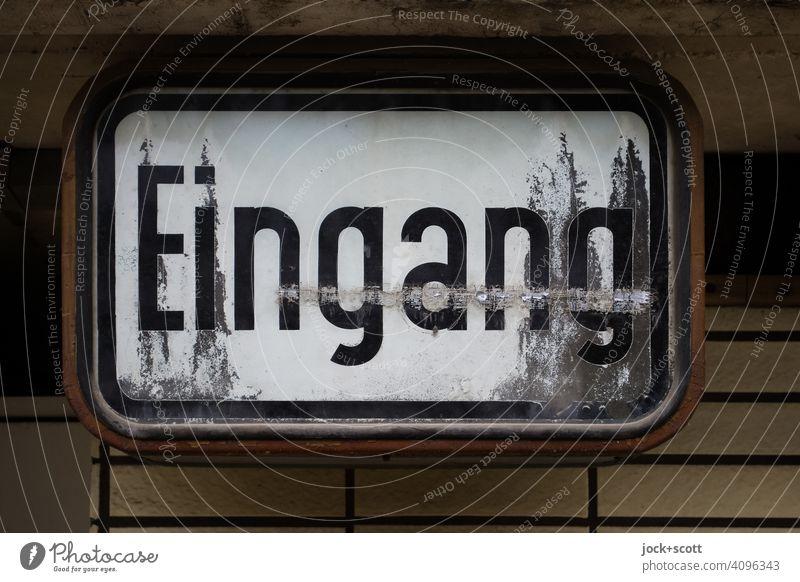 ein altes Eingangsschild Schilder & Markierungen Deutsch Schriftzeichen Wand Wort Typographie verwittert Zahn der Zeit Vergangenheit retro authentisch
