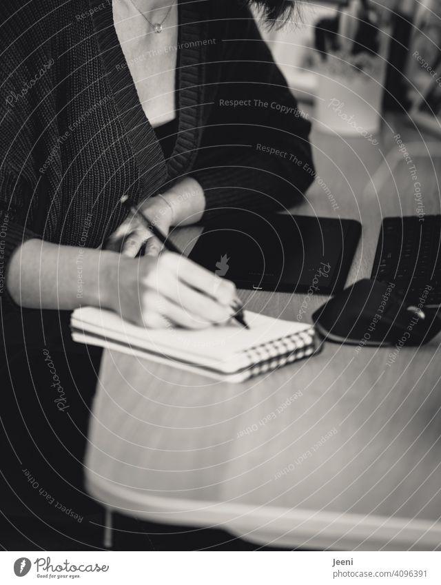 Junge symphatische Reporterin arbeitet am Schreibtisch und schreibt in ihr Notizblock Reportage Arbeit & Erwerbstätigkeit arbeiten Arbeitsplatz