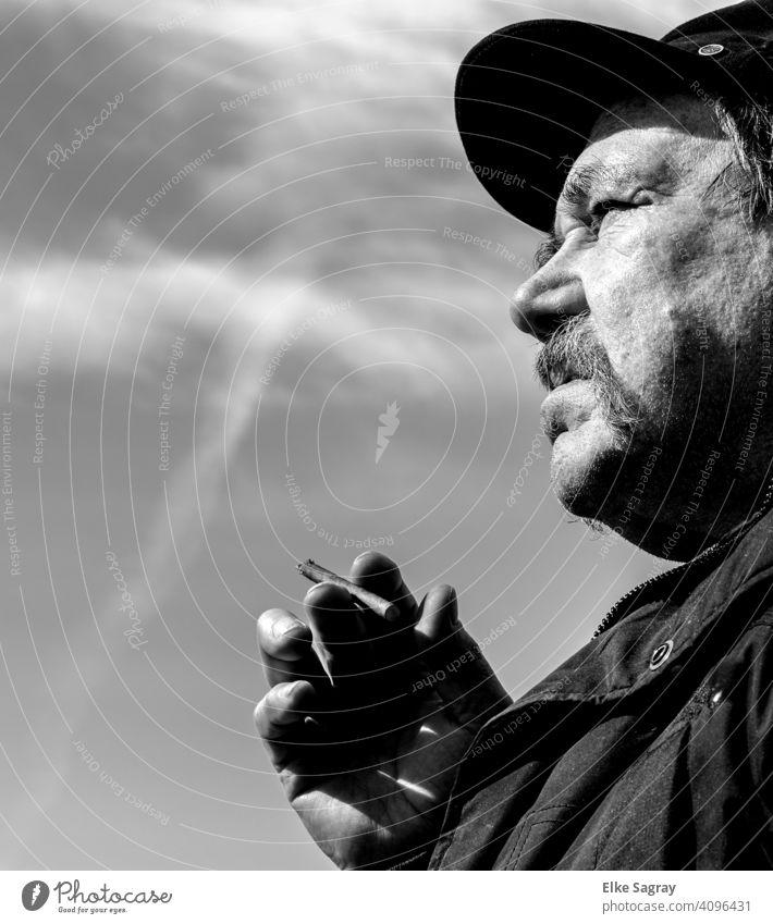 Sorgenvoller Blick in die Zukunft... Mann Ein Mann allein Porträt 1 Mensch Männergesicht Kontrast einzeln Schwarzweißfoto Seitenansicht