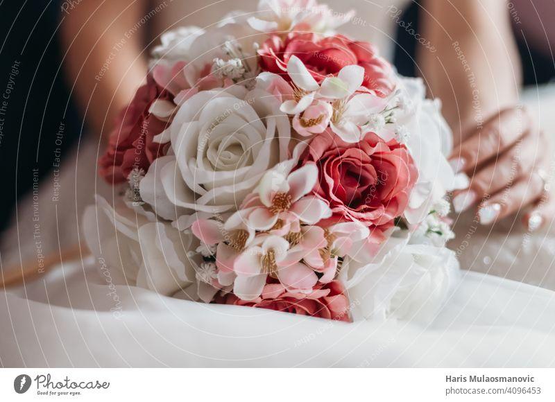 Hochzeitsstrauß mit roten und weißen Rosen anhänglich Hintergrund schön Schönheit Blüte Blumenstrauß hochzeitlich Braut Feier Feiern Festakt abschließen