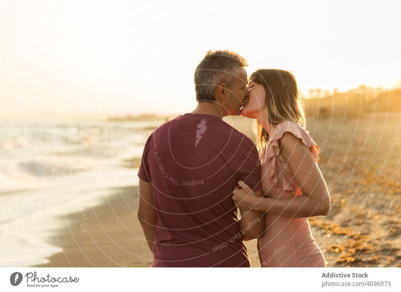Erwachsenes Paar umarmt sich in Meeresnähe Strand Resort Liebe Umarmung Termin & Datum Lächeln MEER Glück Urlaub Mann Frau Erwachsener Flitterwochen Sommer Ufer