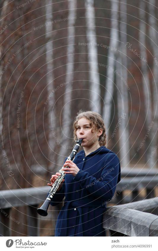 Morgenmelodie Frau Mädchen Junge Frau Musik Musiker Musiker u. Bands u. Komponisten Musikerin Musikinstrument musizieren Klarinette Klarinettist Klarinettistin