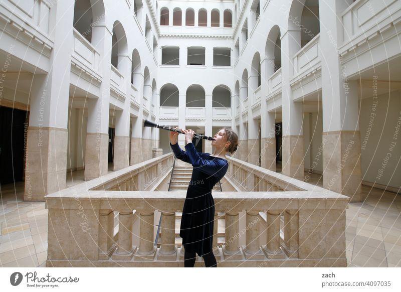 Klangfarben Frau Mädchen Junge Frau Musik Musiker Musiker u. Bands u. Komponisten Musikerin Musikinstrument musizieren Klarinette Klarinettist Klarinettistin