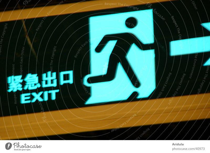 china_02 Piktogramm U-Bahn China Shanghai Asien Tunnel Hinweisschild Wegweiser Zeichen Wege & Pfade Pfeil exit leuchten