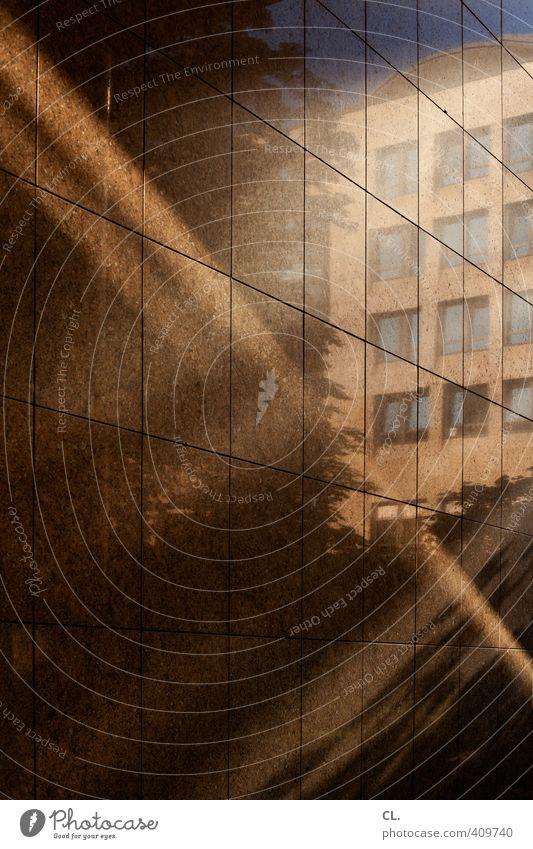 spiegelung Sträucher Stadt Haus Hochhaus Bankgebäude Bauwerk Gebäude Architektur Mauer Wand Fassade Fenster Business komplex Reflexion & Spiegelung