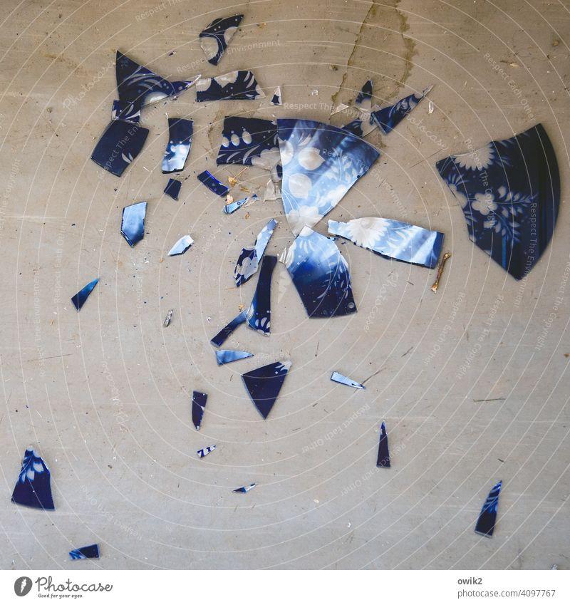 Verscherbelt Glasscherbe Teile u. Stücke kaputt Stress Desaster Gewalt bizarr chaotisch Schaden Scherbe Ärger Vergänglichkeit zersprungen schadhaft