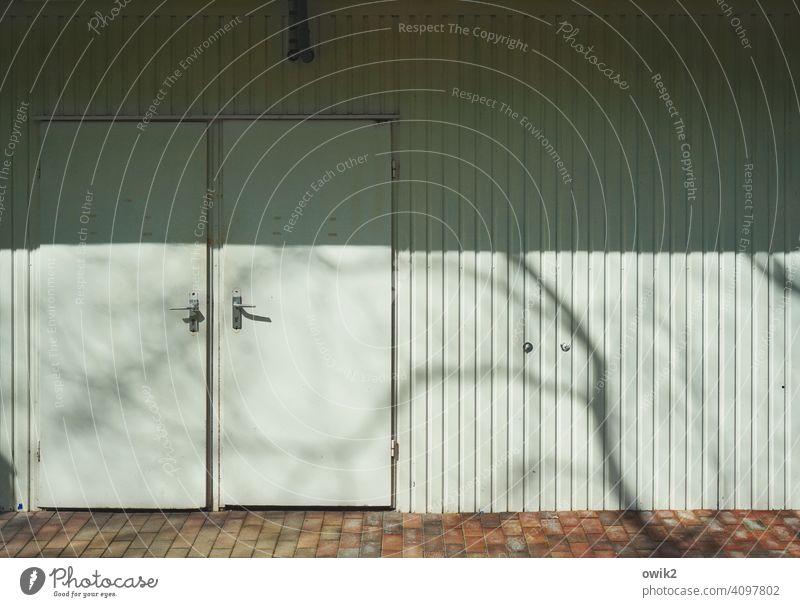 Zuneigung Tür geschlossen zu Gebäude Außenaufnahme Absperrung Farbfoto Tag abgesperrt Strukturen & Formen Detailaufnahme Sonnenlicht Schatten türklinke Klinke