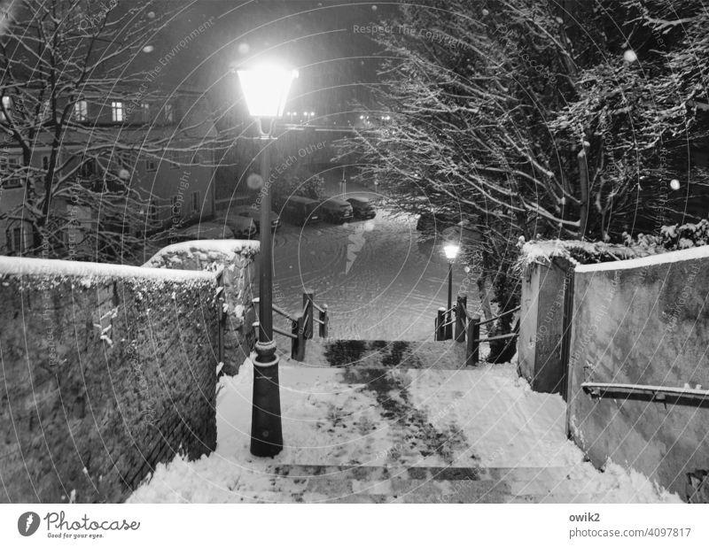 Temperatursturz Treppe Wand Mauer Winter Umwelt geheimnisvoll gefährlich Schneeflocke Stadt Idylle flockig Außenaufnahme Detailaufnahme Schwarzweißfoto