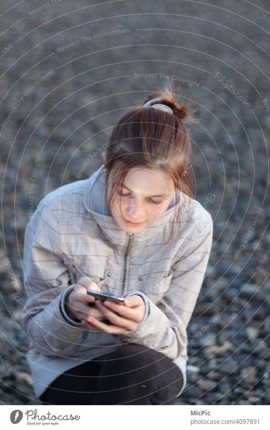 Immer Erreichbar - Mädchen draußen mit Handy Kommunikation Kommunikationsmittel Telefon Chatten Erreichbarkeit online Unterhaltungselektronik unterhalten