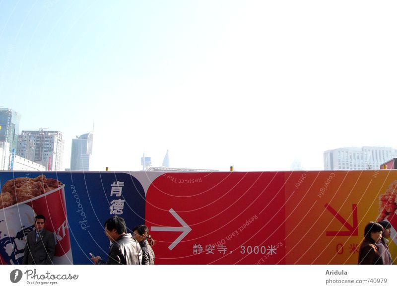 shanghai_02 Mensch Himmel blau Stadt rot Haus Straße hell gehen Hochhaus Spaziergang Schriftzeichen Baustelle Asien Ziffern & Zahlen Klarheit