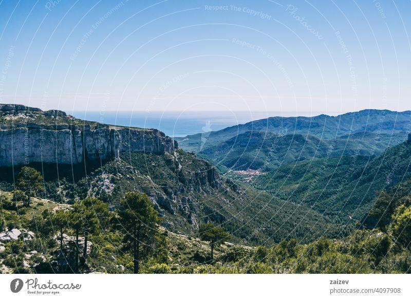 Blick vom Gipfel eines Berges in Katalonien. angefressen mehrschichtig Schlucht Natur im Freien Reiseziele Berge u. Gebirge Spanien Estragona Abstieg Moment