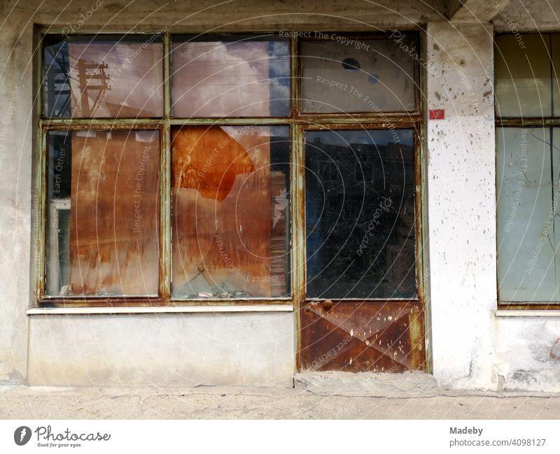 Heruntergekommenes und leerstehendes Geschäft in Adapazari in der Provinz Sakarya in der Türkei Laden Schaufenster leerstand heruntergekommen verlassen