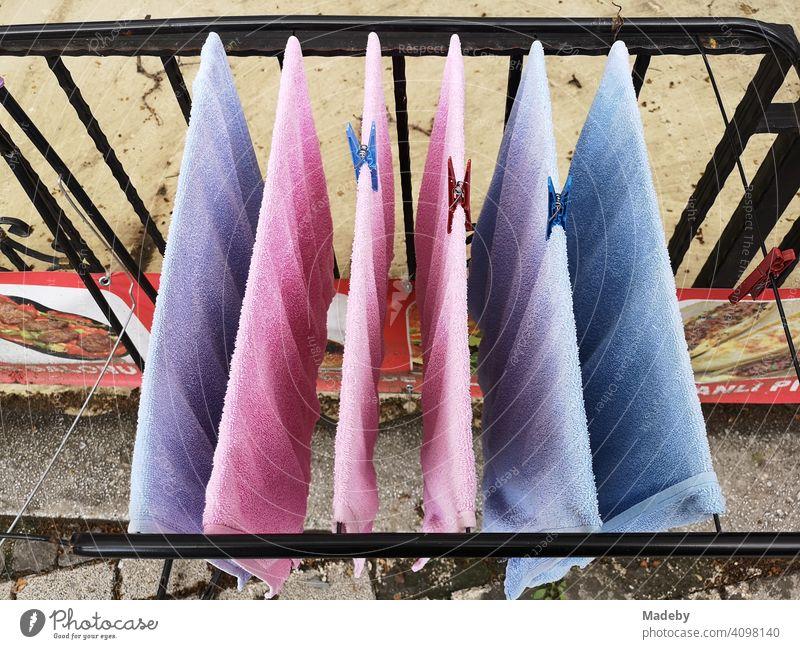 Handtücher in Rosa und Hellblau auf dem Wäscheständer auf einem Balkon in der Altstadt von Bursa in der Türkei Handtuch Frottee Trocknen Trocknung Wäscheleine