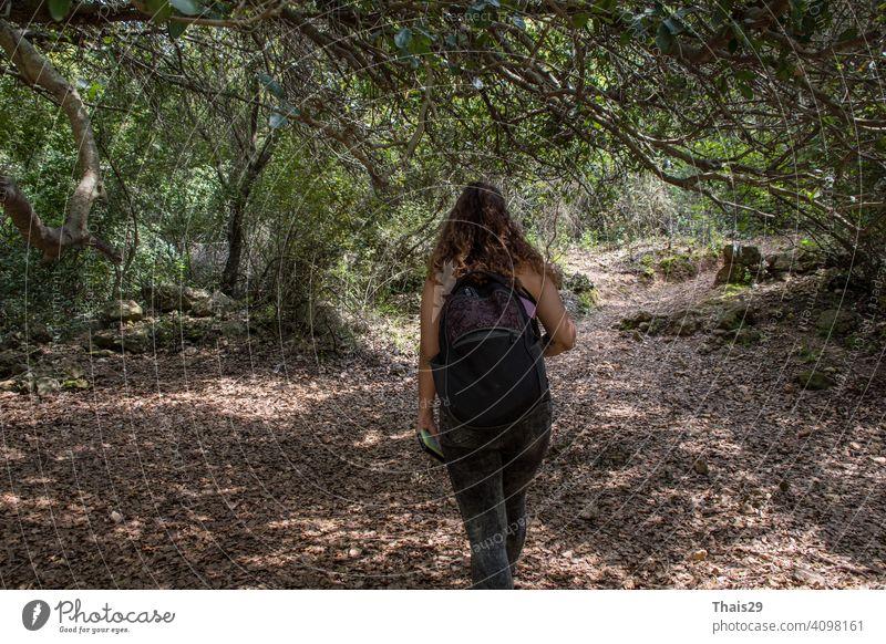 Frau Tourist Reisen in Wald Reise Wandern während vacation.Travel Wandern. Abenteuer Rucksack Backpacker farbenfroh Freiheit Mädchen Glück Hut Gesundheit