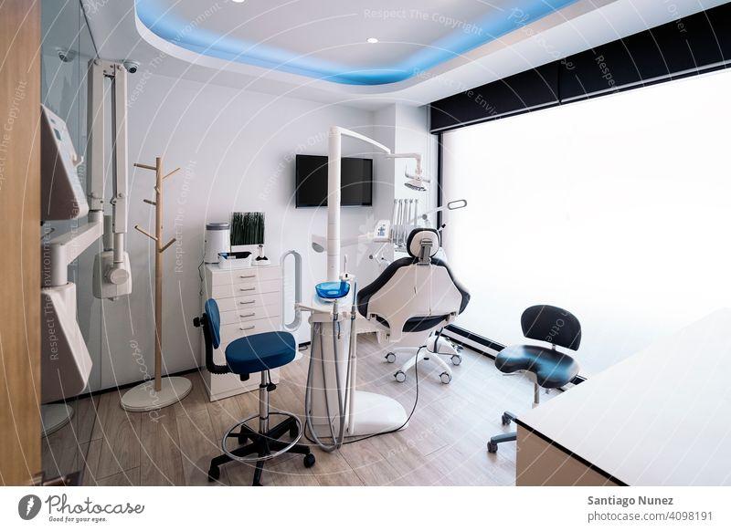 Zahnklinik Innen Gerät Dentalklinik Zahnarztstuhl Raum Klinik Medizin Zahnmedizin dental medizinisch Nahaufnahme Pflege Hygiene Gesundheit Werkzeug