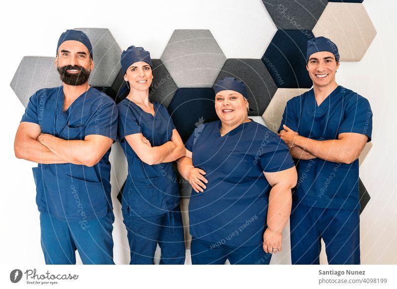 Glückliches Zahnklinik-Arbeitsteam Team Dentalklinik Fachleute gemischt Männer Frauen Zusammensein in die Kamera schauen bei der Arbeit Arbeitsplatz