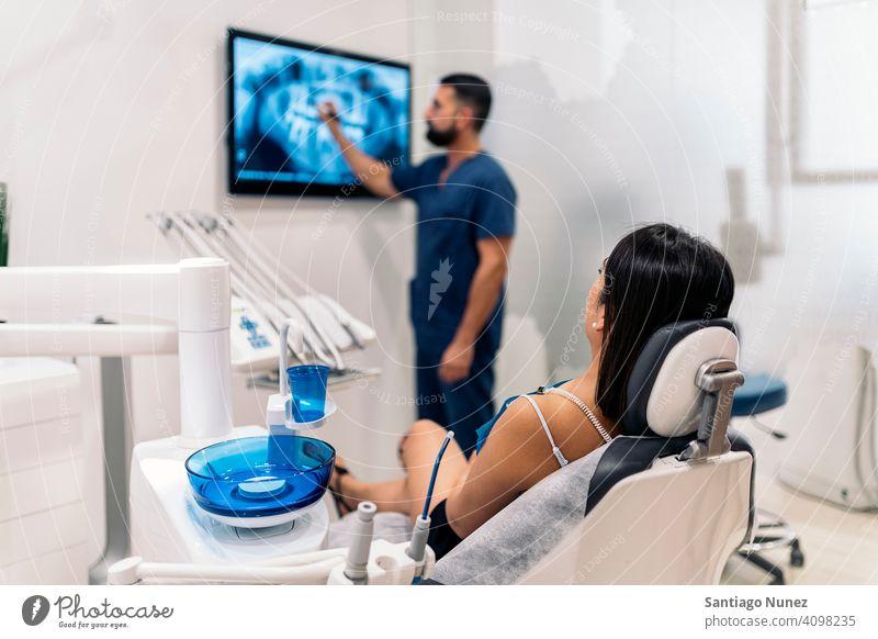 Zahnklinikmitarbeiter zeigt Röntgenbild zeigen zeigend geduldig Raum Rückansicht Mann Frau Stehen Blick Untersuchen Zahnarzt Klinik Dentalklinik Lügen