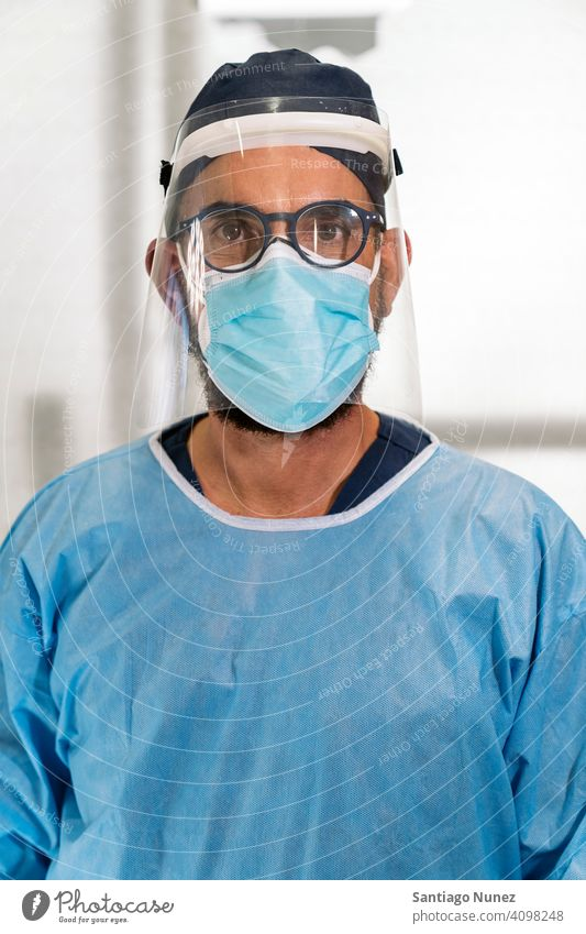 Zahnklinik Arbeiter mit Gesichtsmaske Mann in die Kamera schauen Porträt Kunststoff-Gesichtsmaske eine Person allein männlich Brille blau Uniform Zahnarzt