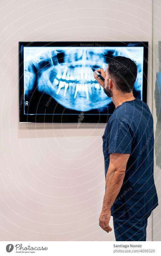 Zahnklinikmitarbeiter mit Röntgenbild Mann Dentalklinik dental zeigend Klinik medizinisch Arzt röntgen Beteiligung Untersuchen arbeiten Pflege Zahnmedizin