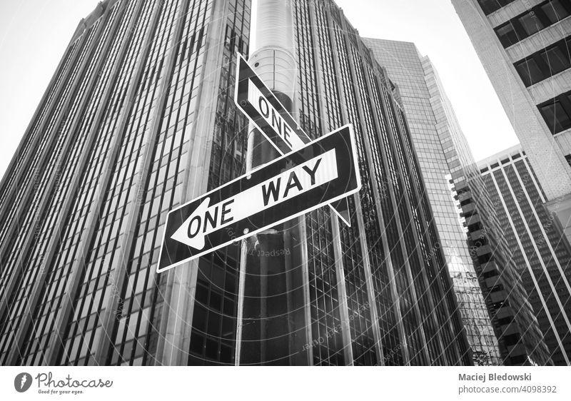 Einbahnstraßenschilder an einem Laternenpfahl, New York City, USA. New York State Straße Zeichen einfache Fahrt Großstadt schwarz auf weiß nyc Manhattan
