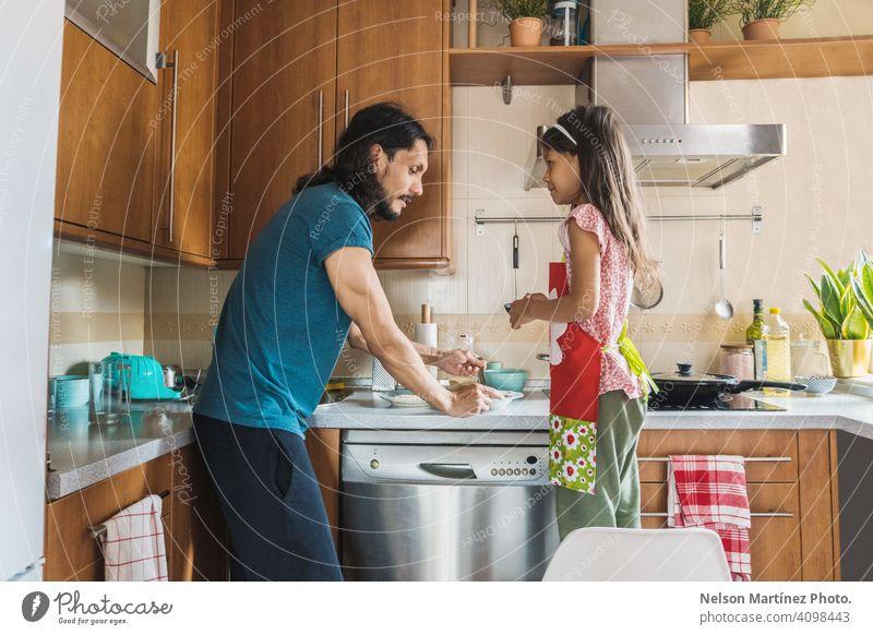 Glückliche Familie Kochen in der Küche. Vater und Kind Tochter Kochen heimwärts Menschen Vitamin Lebensmittel Textfreiraum Molkerei jung Snack Vergnügen hübsch