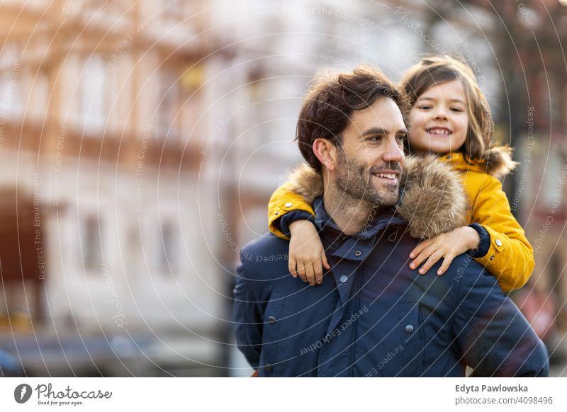 Vater und Sohn umarmen im Freien jung tragen Huckepack umarmend Winter Mann Herbst Familie Eltern Verwandte Junge Kinder Partnerschaft Zusammensein