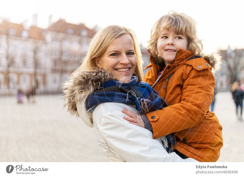 Mutter und niedlichen kleinen Sohn umarmen im Freien jung Winter Frau Herbst Familie Eltern Verwandte Junge Kind Kinder Partnerschaft Zusammensein