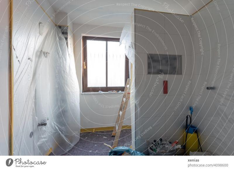 Der Maler war fleißig: Badezimmer mit Fenster, Leiter, Pinsel und Plastikfolie. Baustelle Modernisierung Fliesen u. Kacheln Raum Farbe Wände Wand Rohr Handwerk