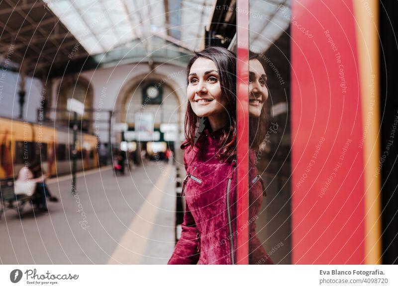 schöne kaukasische Frau im Bahnhof bereit, im Inneren des Wagens zu reisen. Reisen und Lifestyle-Konzept Großstadt öffentlicher Verkehr Tafeln Kaukasier jung