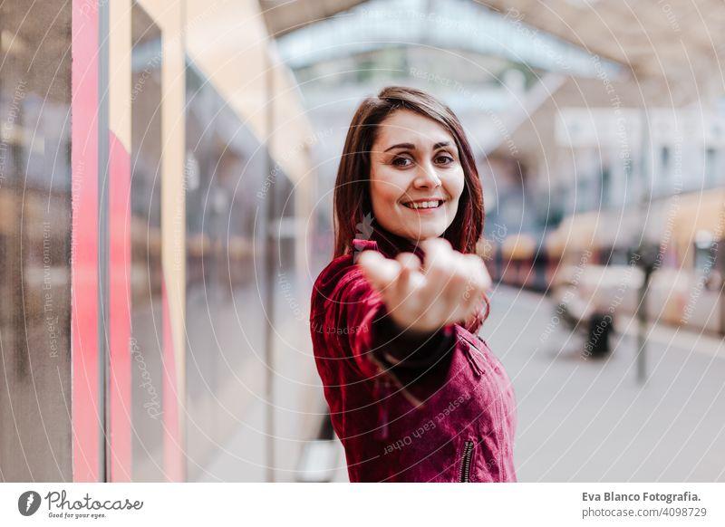 schöne kaukasische Frau in Bahnhof warten zu reisen. Reisen und Lifestyle-Konzept Großstadt öffentlicher Verkehr Tafeln Kaukasier jung Ausflug Bildschirm