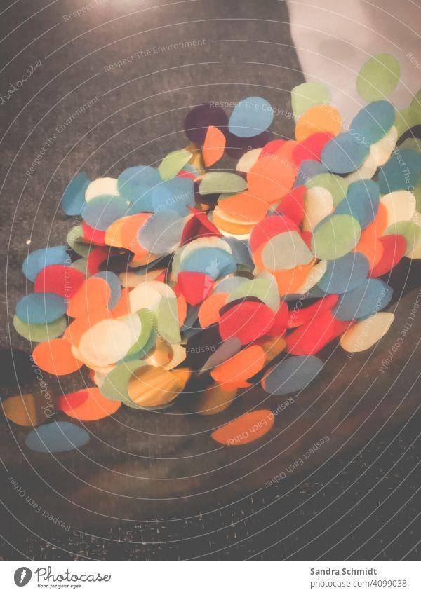 Konfetti konfetti konfettiregen bunt bunt gemischt Farbfoto Farbe mehrfarbig grün blau rot farbenfroh gelb orange schön Nahaufnahme Design schwarz weiß